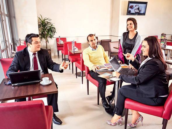 Funcionários da área comercial da Ticket durante reunião num café: 20% do quadro da empresa já trabalha em esquema de home office | Foto: Omar Paixao