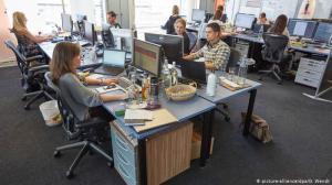 Estudo da Universidade de Harvard evidencia que quando as pessoas trabalham em ambientes sem divisões, a interação entre os colaboradores cai 70%, o que reduz a produtividade da empresa.